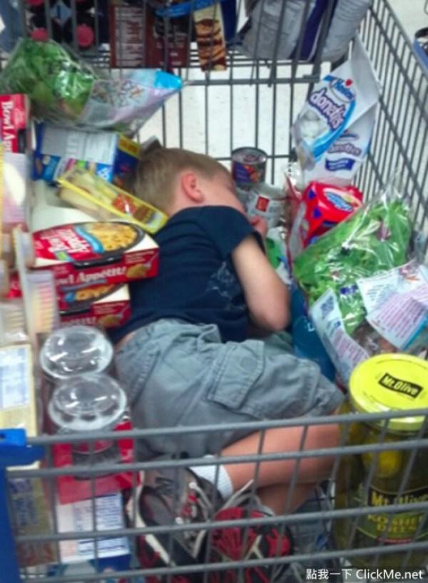 мама тащит по магазинам