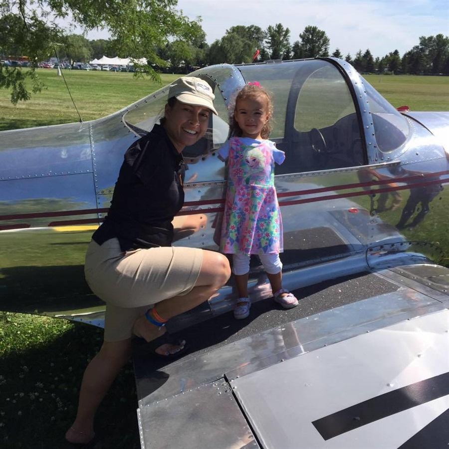 Девочка, родившаяся без рук, нашла помощь и поддержку женщины-пилота с таким же отклонением