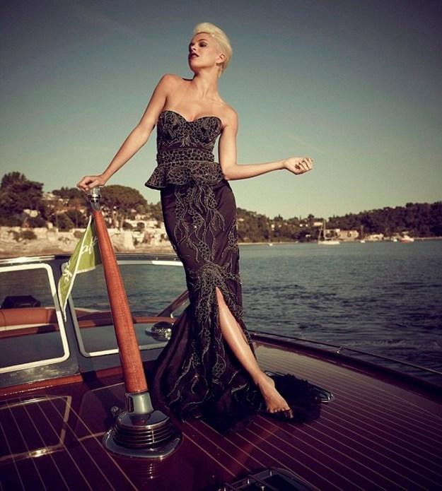 13-килограммовое платье от британской дизайнера Debbie Wingham, обшитое белыми и черными бриллиантами. 5 600 000 долларов