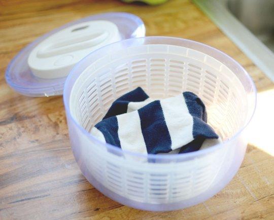 Чтобы быстро высушить мелкие вещи типа носков, используйте плотный контейнер для хранения салатов