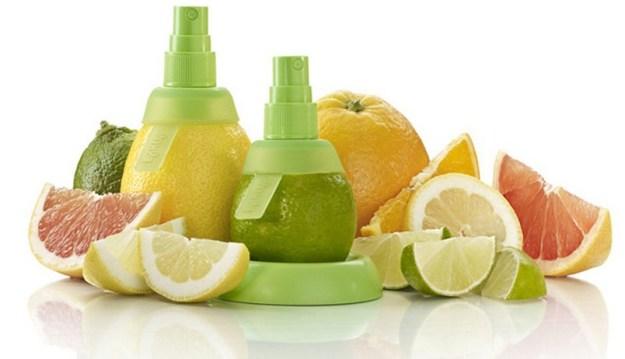 Побрызгайте одежду под руками перед стиркой лимонным соком, и желтые пятна от пота без труда отстираются