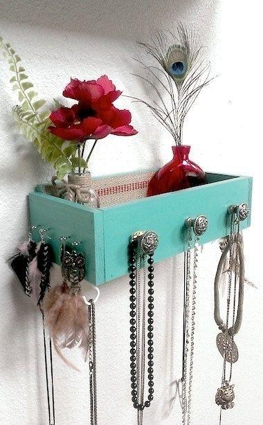 Старый ящик послужит местом для хранения женских мелочей