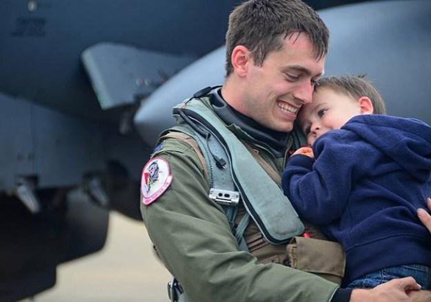 солдат увидел ребенка впервые