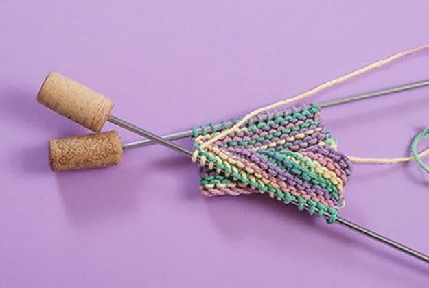 Чтобы пряжа не соскальзывала со спиц, сделайте стопперы из простых пробок