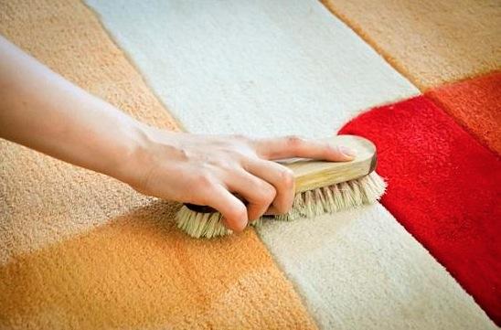 Если в ковре оказались мелкие осколки, сначала пройдитесь по нему щеткой, чтобы все осколки вытащились из ворса на поверхность. А тогда просто пропылесосьте