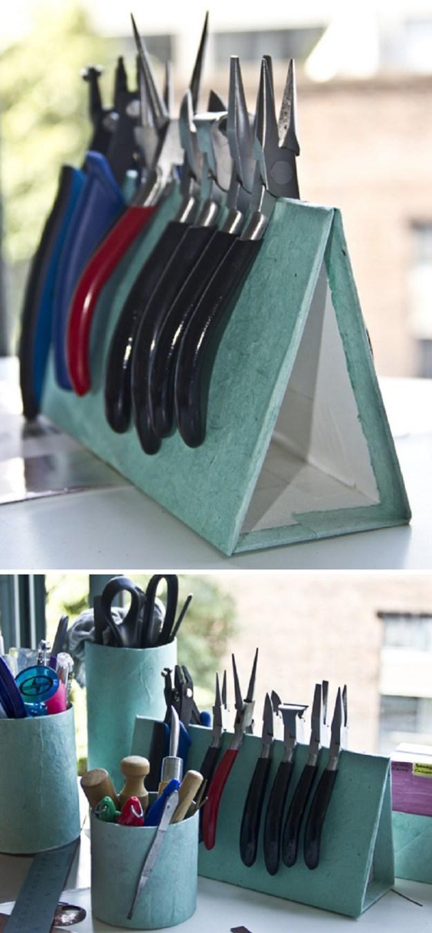 Из простого плотного картона можно сделать подставку под инструменты