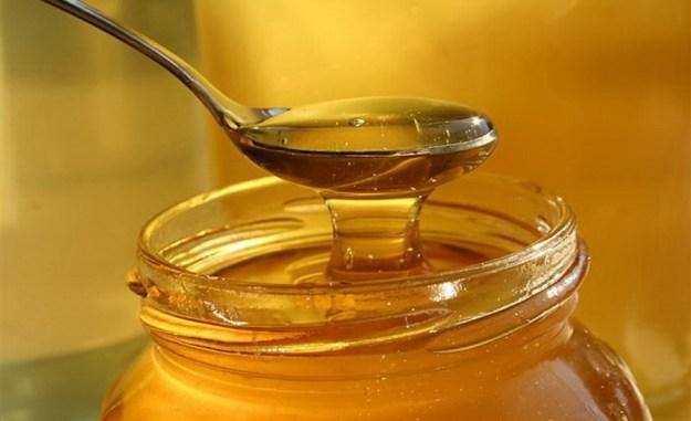 Кожа будет более гладкой и мягкой, если нанести на нее на 10 минут 1 ст. л. обычного меда