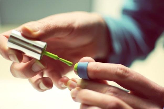 Широкая резинка поможет вам самим себе делать ровный французский маникюр