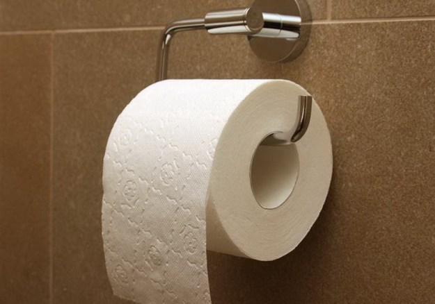Туалетная бумага отлично удалит жирный блеск на лице, если рядом не оказалось матирующих салфеток