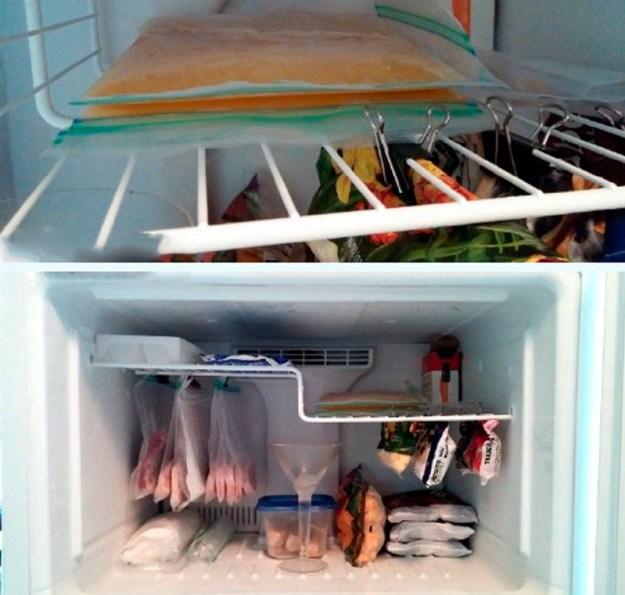 Пластиковые пакеты с продуктами очень удобно хранить, подвешивая на зажимы для бумаги