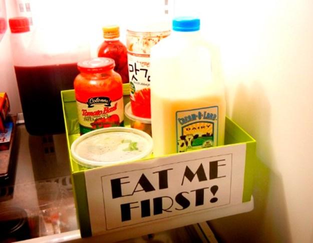 Продукты, которые быстро портятся, можно поместить в коробку с названием Меня съешь первым