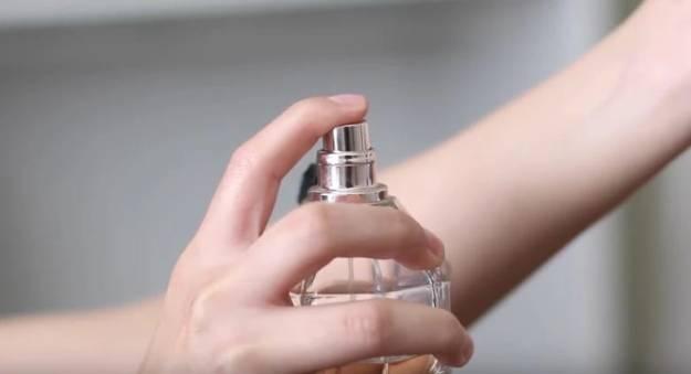 Чтобы аромат духов держался на теле весь день, нанесите на области, которые сбрызгиваете духами тонкий слой вазелина. Это действтельно работает!