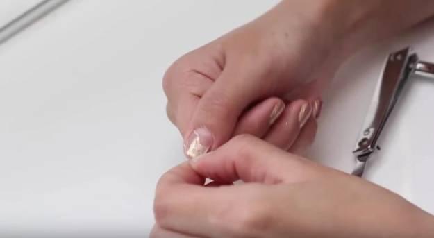 Чтобы легко стереть с ногтей лак с блестками, нанесите на них клей ПВА и дайте ему засохнуть. После этого вы сможете одним движением снять корочку клея вместе с лаком!3