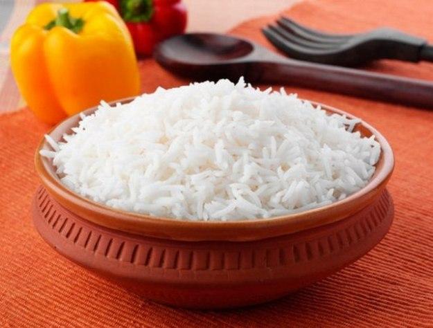 Чтобы сварить белоснежный рис, нужно при варке добавить в воду столовую ложку белого уксуса