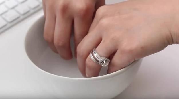 Для того, чтобы избавиться от желтизны ногтей, сделайте для них такую ванночку 1 ст.л. перекиси водорода с 4 ст.л. пищевой соды. Держите там ногти 15 минут. Процедуру проводите несколько раз в неделю