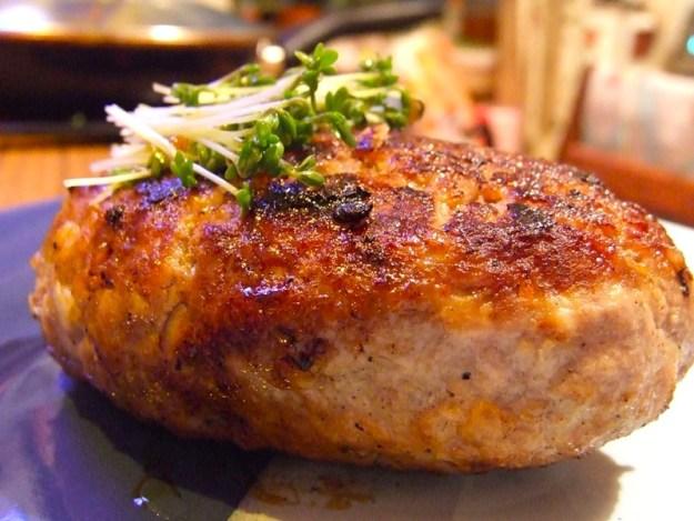 Мясные блюда получаются вкуснее с грецким орехом. Особенно котлеты!