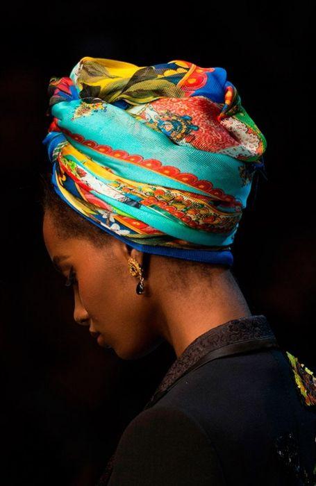 На африканский манер - яркий платок на собранные волосы2
