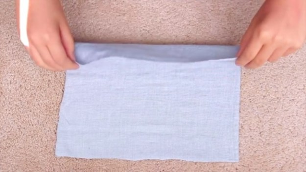 Вырезаем кусочек ткани 25 на 25 см. Складываем в полоску