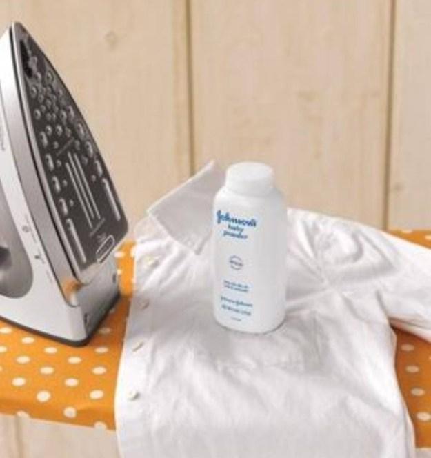 Чтобы белые рубашки быстро не пачкались и не мялись, прогладьте их, а затем притрусите немного тальком.