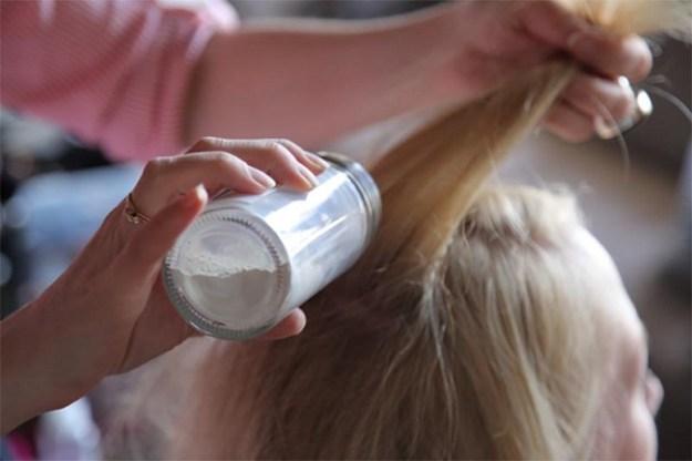 Чтобы избавить грязные светлые волосы от жира, нанесите на них немного талька и расчешите. Присыпка сработает как сухой шампунь