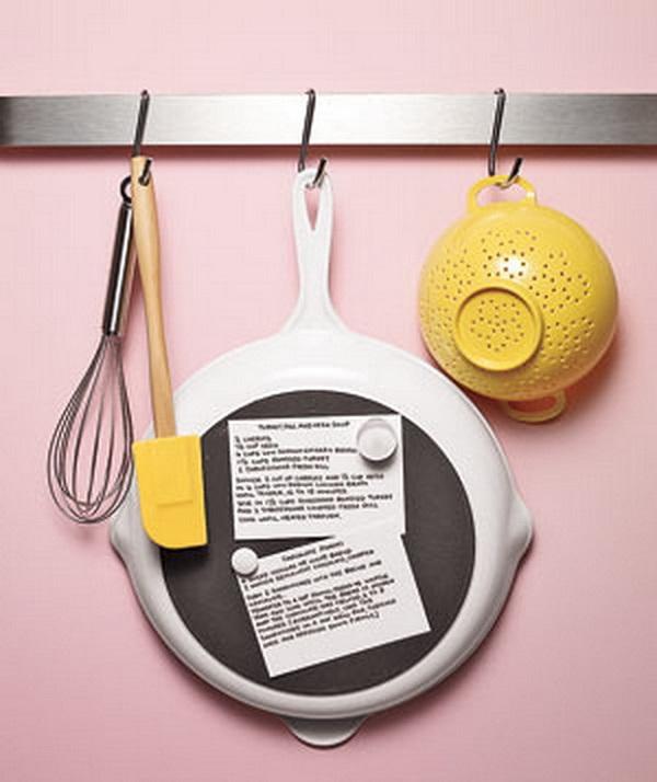 Магниты и сковородка станут классной доской, на которой можно прикрепить рецепт, например