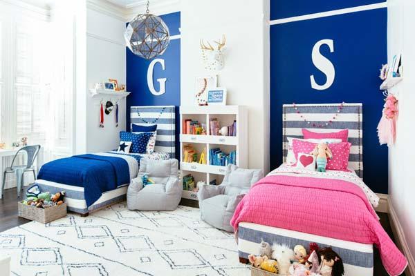 Цвета постельного белья обязательно стоит подбирать разные, можно использовать буквы имен детей
