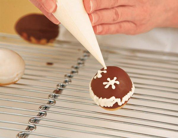 Взбиваем глазурь, украшаем печенья с помощью кондитерского шприца.