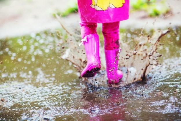 Прогуляться под дождем в теплую погоду и пройтись по лужам в резиновых сапожках