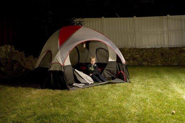 Установить во дворе дома палатку и просидеть в ней до позднего вечера. А еще лучше - устроить поход