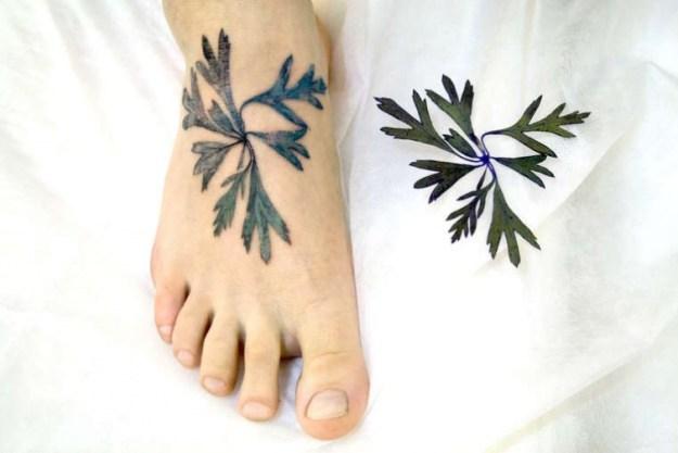 татуировка листик
