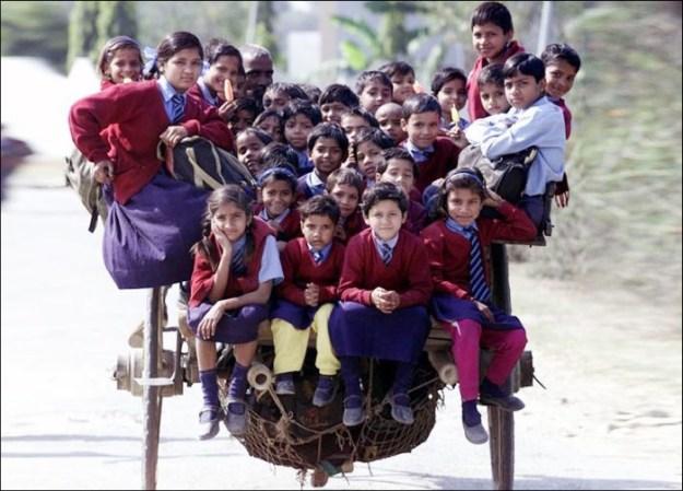 А так добираются до школы дети в Дели, Индия