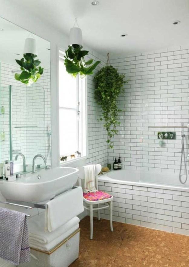 Уберите из ванной все лишнее и громоздкое, и просто поставьте или повесьте немного зелени