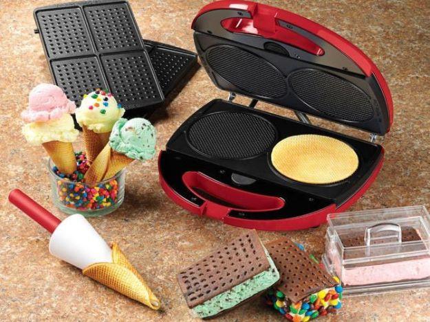 Вафельница, в которой готовятся рожки для мороженого