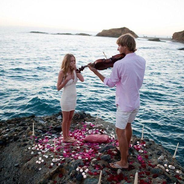 Красивое предложение со скрипкой и лепестками роз
