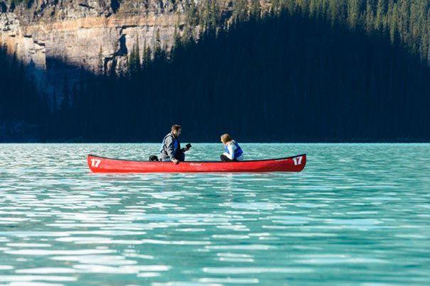 Создание семьи посреди красивого озера