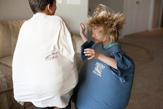 Игра в сумоистов. Дайте детям подушки и папины футболки, чтобы они смогли немного побыть сумоистами