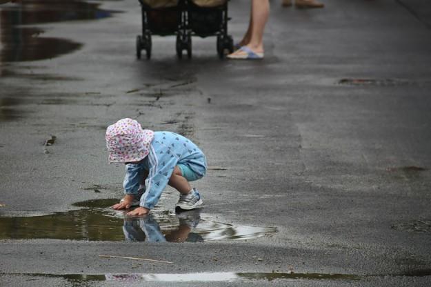 ребенок и лужа
