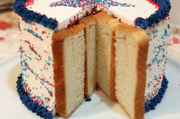 Чтобы надрезанный торт не обветрился и не засох, обложите срезанные части хлебом