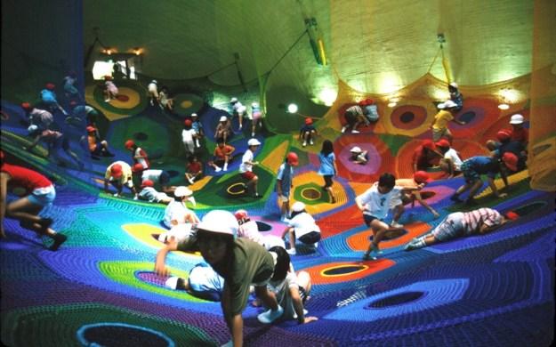 Площадка в виде подвесной сетки Takino Suzuran в Хоккайдо, Япония