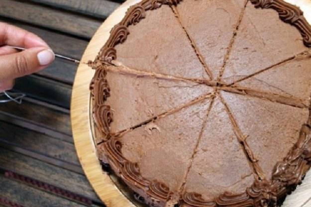 s-pomoshhyu-leski-ili-nitki-mozhno-legko-delit-tort-ili-korzhi-na-ravnye-chasti