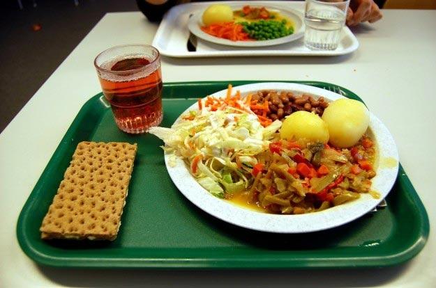 shvetsiya-hlebtsy-s-maslom-salat-iz-svezhej-kapusty-fasol-kartofel-i-tushenye-ovoshhi