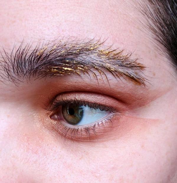Бровки перышком: в мире визажа новый странный тренд
