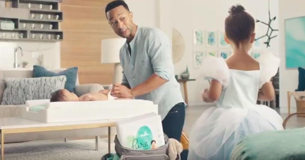 Джон Ледженд и Адам Левин снялись в милой рекламе подгузников со своими детками