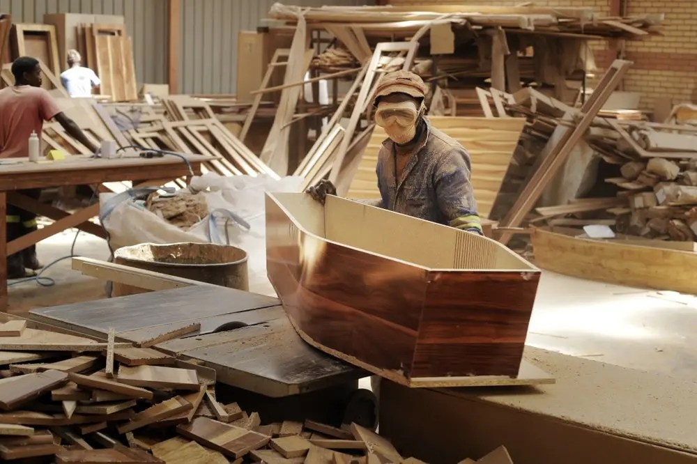 Coffin Makers Overwhelmed As Covid-19 Second Wave Claims 200 lives In 7 Days. - iHarare News