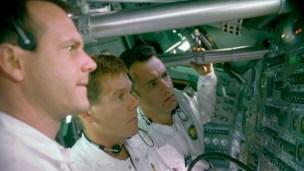 APOLLO 13 (1995) Menjadi astronot, Hanks pergi ke luar angkasa bersama dua rekannya. Namun kemudian terjadi ledakan, yang memaksa mereka mengurungkan misi untuk bisa berjalan di bulan. Dan di sepanjang film, kalian akan menyaksikan bagaimana Hanks dan dua rekannya berusaha untuk tetap hidup dan kembali ke bumi.