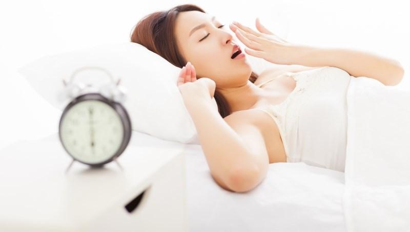 不論鬧鐘怎麼響都叫不醒?韓國名醫:我都把鬧鐘擺「這裡」。睏意自然消-良醫讀書會-良醫健康網