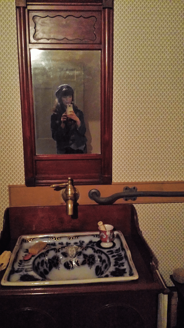 Mirror selfie just like they did back in the day