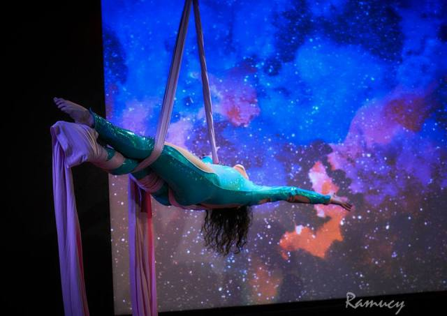 Pamela Gardner performing at Queens of Quirk. Photo by Ramucy Photog