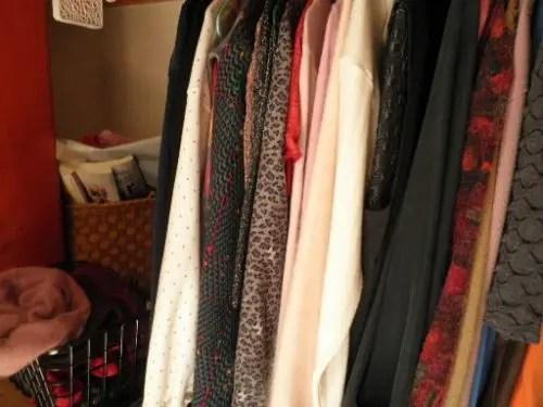 クローゼットの中の衣類の山も遺品整理でスッキリ 生駒市のトリプルエス