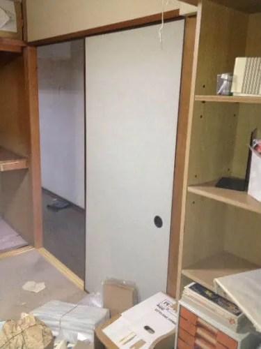 本棚満杯の書籍も撤去し、視界が明るくなる和室